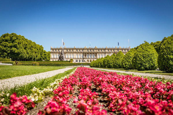 Schloss Herrenchiemsee mit Sommerbepflanzung