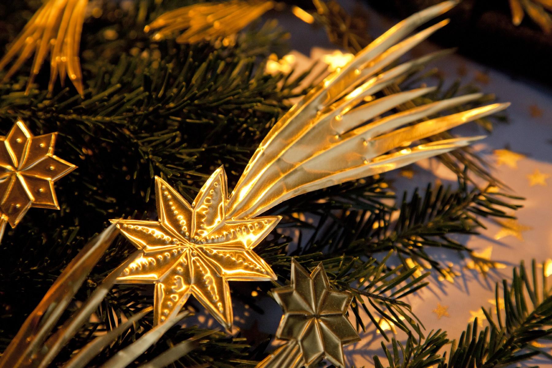 strohsterne-sterne-advent-weihnachten-christkindlmarkt-zweige.jpg