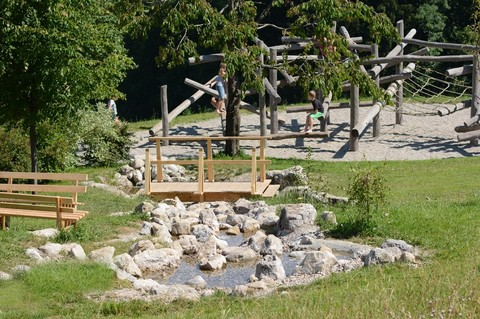 jugendhaus-haslau-wasserspielbereich-klettergeruest.jpg