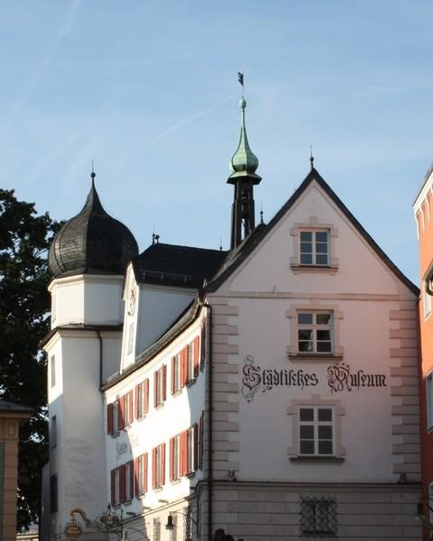 wiesboeck-karin-senioren-fuehrung-barrierefrei-rosenheim-gebaeude(c) K.W. IMG-676x845.jpg