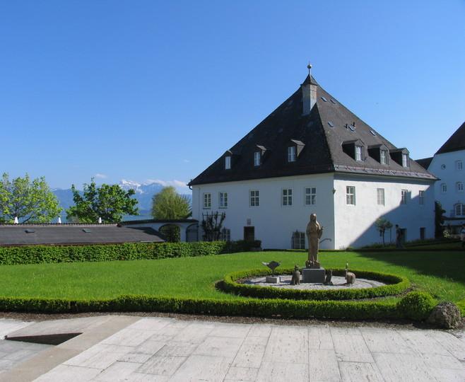 innenhof-abtei-frauenwoerth-2982x2448.jpg