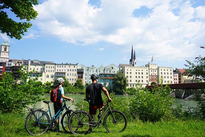 radfahrer-vor-wasserburg-am-inn ©Chiemsee-Alpenland Tourismus.jpg