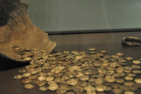 xxx-aschau-silberschatz-ausgestellt in archaeolstaatssammlungmünchen-marquard-mois.png