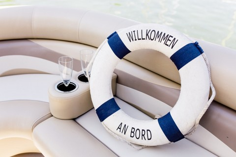 pontoon-boot-willkommen-schwimmreifen(c) Chiemsee Yacht Heistracher.jpg