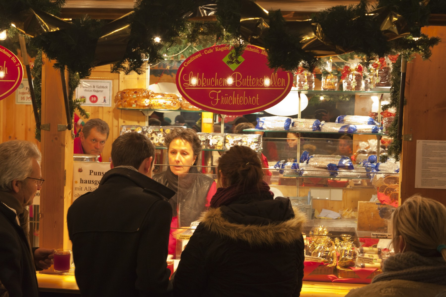 christkindlmarkt-rosenheim-winter-verkaufsstand-weihnachten.jpg