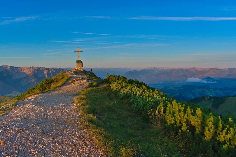 sonnenaufgang-geigelstein-gipfelkreuz-kapelle-(c)chiemsee-alpenland-tourismus.jpg