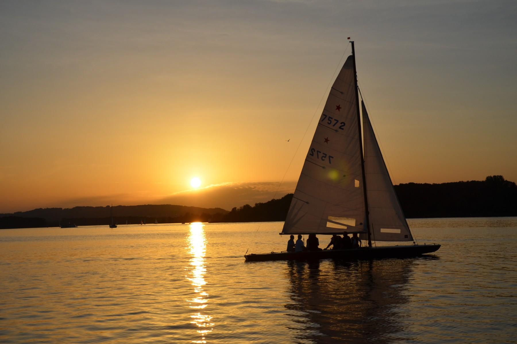 segeln-sunset-sailing-chiemsee(c) Chiemsee Yacht Heistracher.jpg