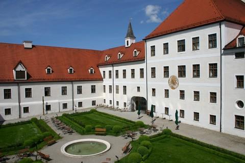 xx-kloster-seeon-fuehrung-klein-groß(C) Kloster-Seeon.jpg