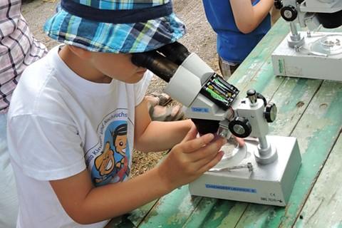 chiemsee-natur-fuehrer-waschpfanne-sieb-mikroskop-kind.jpg